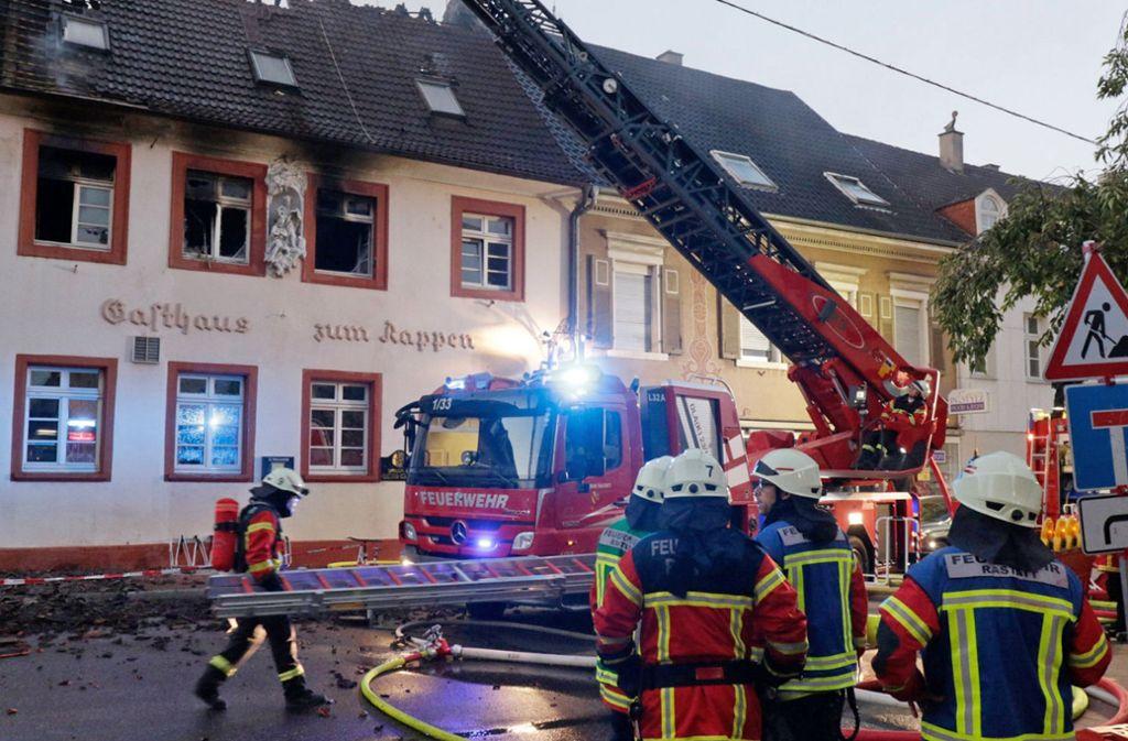 Polizisten und Rettungskräfte haben einen gesamten Gebäudeblock geräumt Foto: dpa