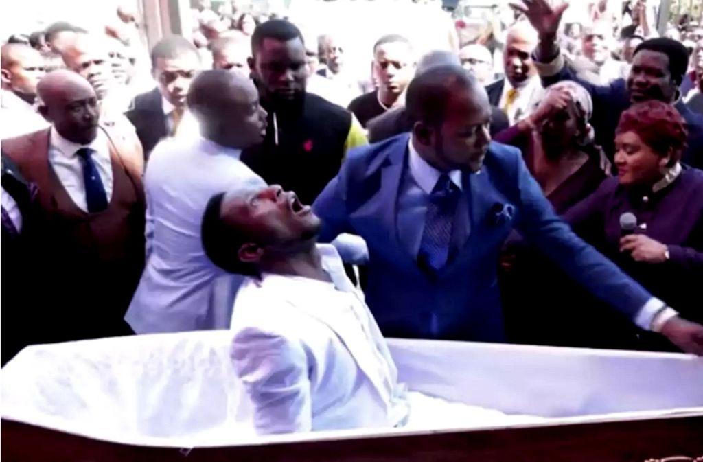 Der angeblich in Johannesburg wiederauferstandene Eliot (im Sarg) mit Pastor Alph Lukau: Szenen wie diese sind im Internet zu sehen. Foto: