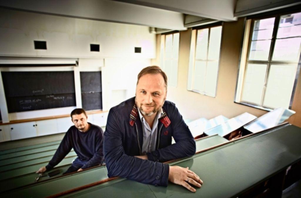 Wie einst im Chemieunterricht: Alexander Matthies (vorne) und Thorsten Brose im denkmalgeschützten Hörsaal. Foto: Heinz Heiss