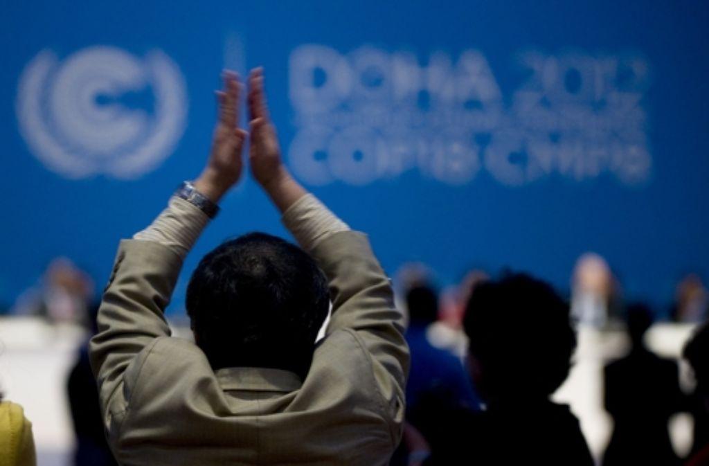 Erleichterter Applaus am Ende des zweiwöchigen UN-Klimagipfels im Emirat Katar: Die Tagungsleitung hat am Samstagnachmittag noch einige Beschlüsse durchgebracht. Umweltschützer hatten zuvor schon das Schlimmste befürchtet. In dieser Bildergalerie zeigen wir, worum es bei den Verhandlungen ging. Foto: dapd