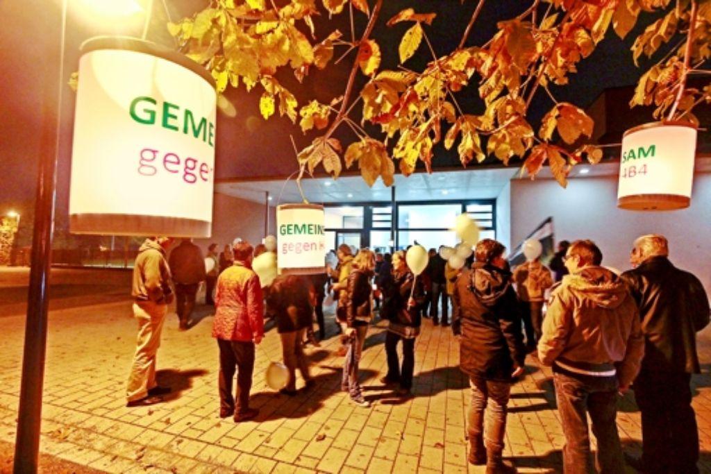 Mit Lampions protestieren viele Eglosheimer schon vor  der Mehrzweckhalle gegen die Südwestumfahrung H4B4. Foto: factum/Granville