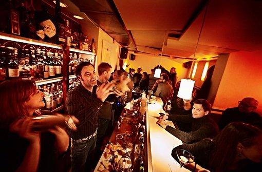 """Bleibt freundlich, so lange man keinen Red Bull bestellt: Ralf Groher, zweiter von links, bei der Geschmacksvermittlung im Cocktail-Kleinod """"Die Bar"""". Foto: Heinz Heiss"""