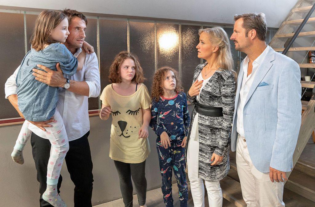 Clemens Hoffmann (Oliver Mommsen, links) streitet mit Karin und ihrem Mann (Eva Herzig, Philipp Hochmair, rechts) darum, wer sich um die Kinder seiner verunglückten Schwester kümmern darf. Foto: ARD //Martin Lusser