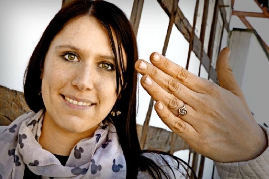 Seit zehn Jahren trägt Nadine Steinhübel den Ring täglich. Foto: Horst Rudel