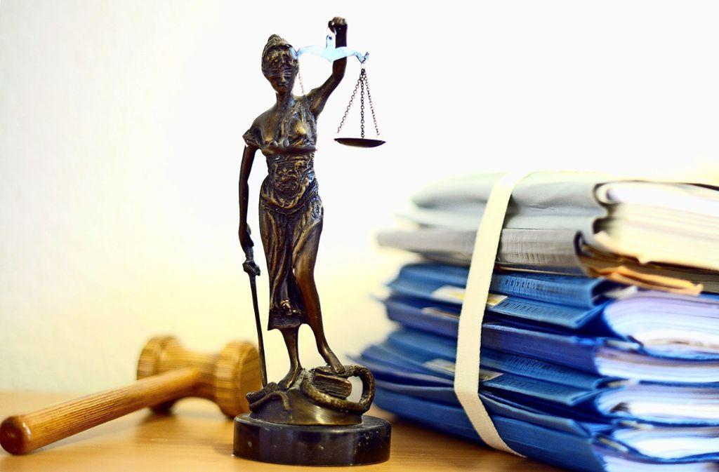 War die Unterschrift der Mehrerlösvereinbarung  gefälscht oder nicht? Das musste das Ludwigsburger Amtsgericht klären. Foto: dpa/Volker Hartmann