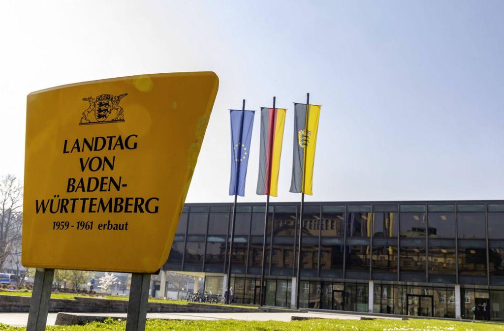 Die Opposition im Landtag fordert Sondersitzungen der Ausschüsse für Inneres, Soziales und Wirtschaft. Foto: imago images/Arnulf Hettrich