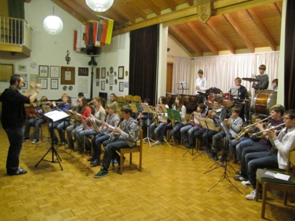 Der letzte Schliff vor dem großen Auftritt: Die Jugendkapelle des Waldenbucher Musikvereins bei den Proben für das Jubiläumskonzert. Foto: Claudia Barner