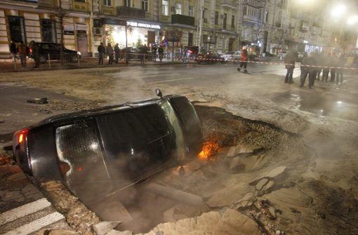 Straße bricht ein – Autofahrer rutscht in Loch