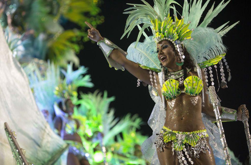 Die Sambaschulen treten mit bunten Kostümen und heißen Samba-Tänzerinnen in der Arena Sambódromo gegeneinander an. Foto: AP