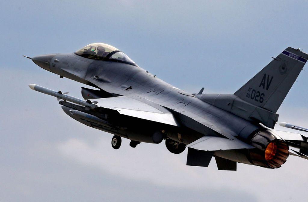 Bei Trier ist ein Kampfjet abgestürzt (Symbolbild). Foto: dpa//Mircea Rosca