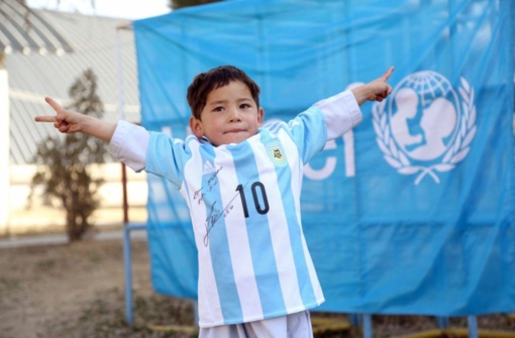 Ein echtes Messi-Trikot, handsigniert, durfte der kleine Murtasa nun in Empfang nehmen. Foto: dpa