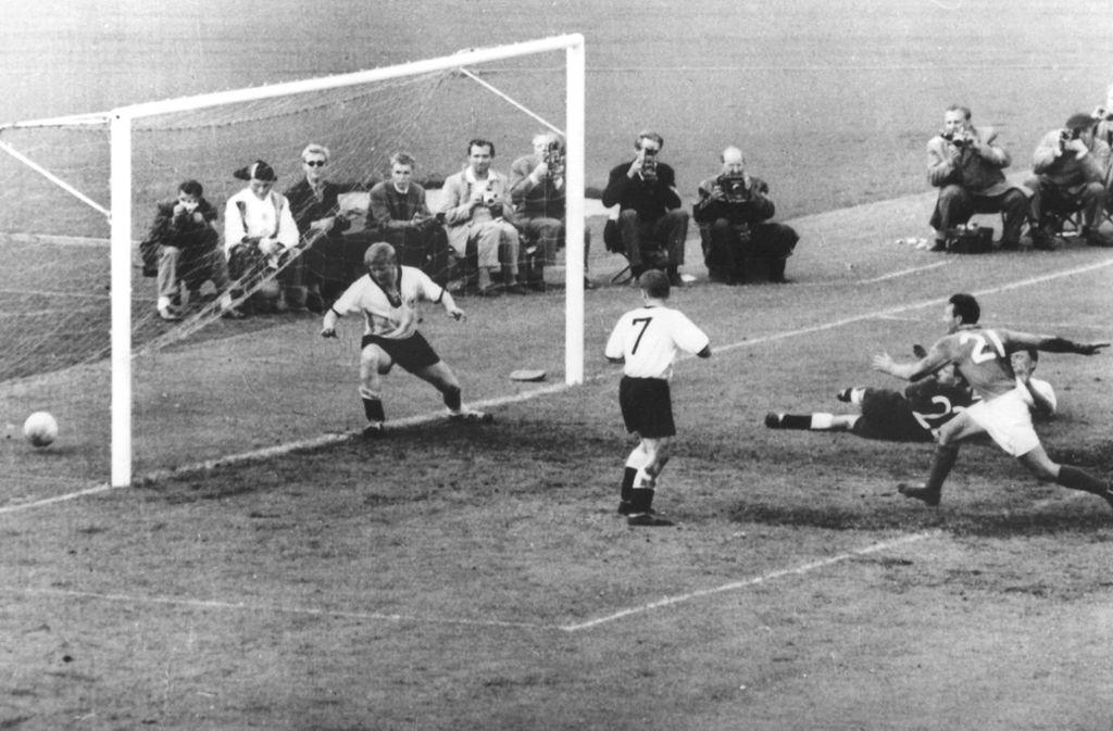 Vor 1982 gab es lediglich noch ein Aufeinandertreffen der Fußball-Nachbarn bei einer WM. Im Spiel um Platz drei bei der WM 1958 in Schweden hatte der noch amtierende Weltmeister Deutschland keine Chance gegen die Franzosen. Just Fontaine (mit der Nummer 21) erzielte vier Treffer beim 6:3-Erfolg der Blauen vor 25.000 Zuschauern in Göteborg. Karl-Heinz Schnellinger (auf der Linie) und Georg Stollenwerk (Nr. 7) können das Tor nicht verhindern. Foto: dpa