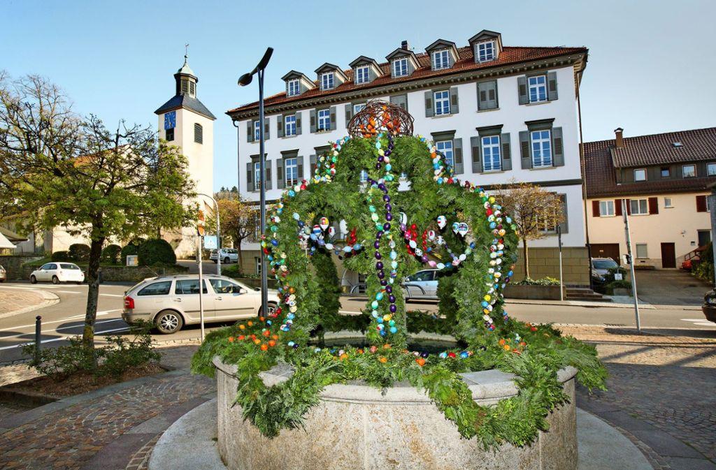Die Bad Boller Ortsmitte ziert ein Osterbrunnen der Landfrauen. Foto: Horst Rudel