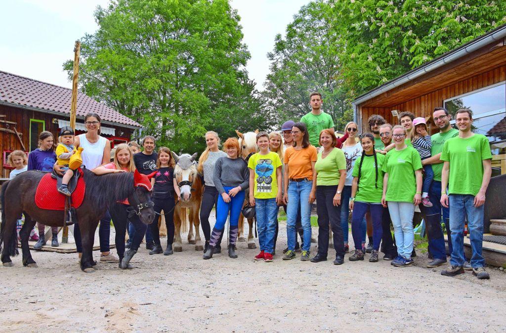 Die  fleißigen Helfer der KjG mit Vorstandsmitgliedern des Bürgervereins, Bezirksvorsteherin sowie der    Jugendfarmleiterin und Besuchern Foto:
