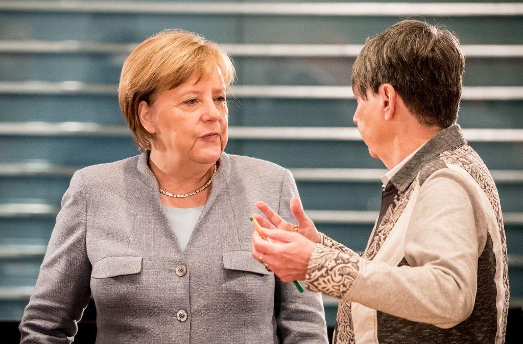 Bundeskanzlerin Angela Merkel spricht mit Umweltministerin Barbara Hendricks (SPD) in Berlin vor der Eröffnung des zweiten Dieselgipfels im Kanzleramt. Foto: dpa