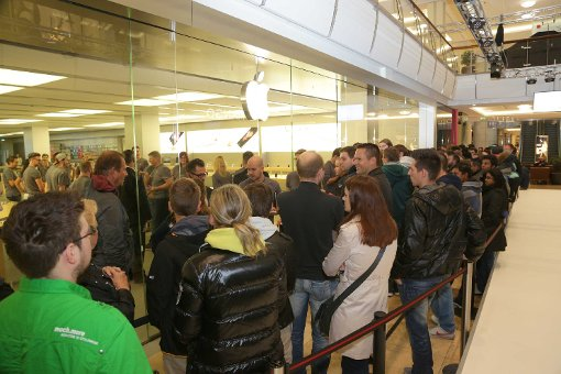 Hunderte warten auf das neue iPhone 6S