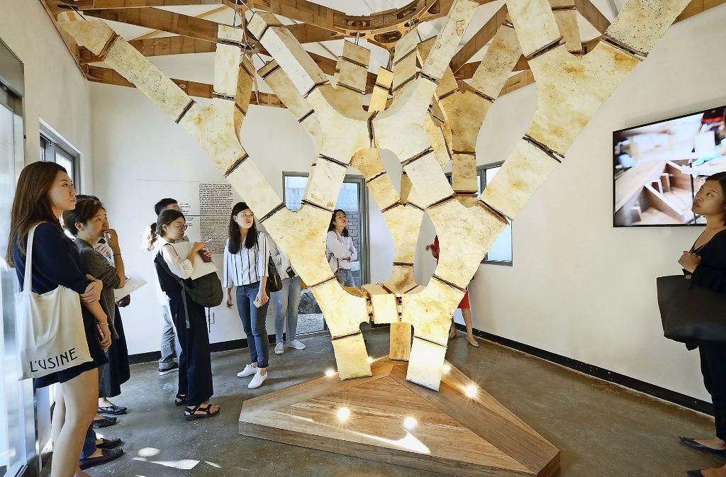 Auf einer Messe in Südkorea vorgestellt:  der Myco-Tree. Er besteht aus Bauteilen, die aus Bambus und Pilzgeflecht hergestellt wurden (rechts). Foto: Carlina Teteris