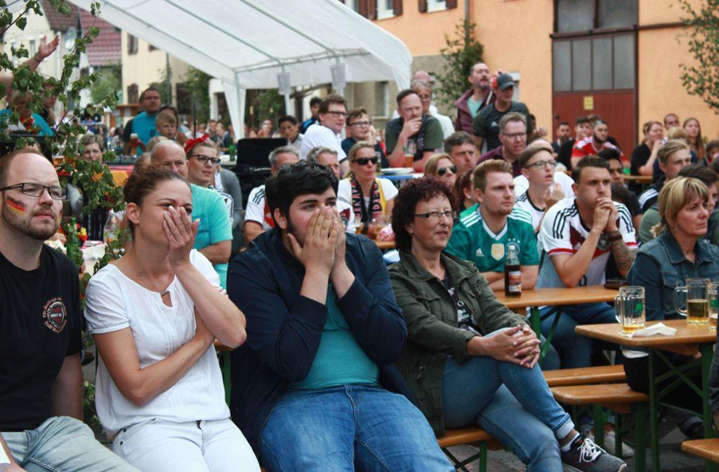 Schock bei den Fans: Das Spiel-Ergebnis hätten sich die Zuschauer beim Public-Viewing des Eltinger Straßenfest anders vorgestellt. Foto: Jana Stäbener