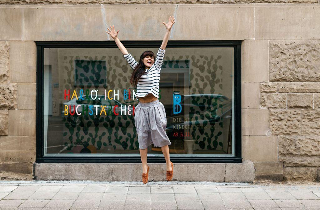 Myriam Kunz macht einen Freudensprung nach dem Umzug  ihrer Buchhandlung an den Bismarkplatz. Foto: /Julia Sang Nguyen