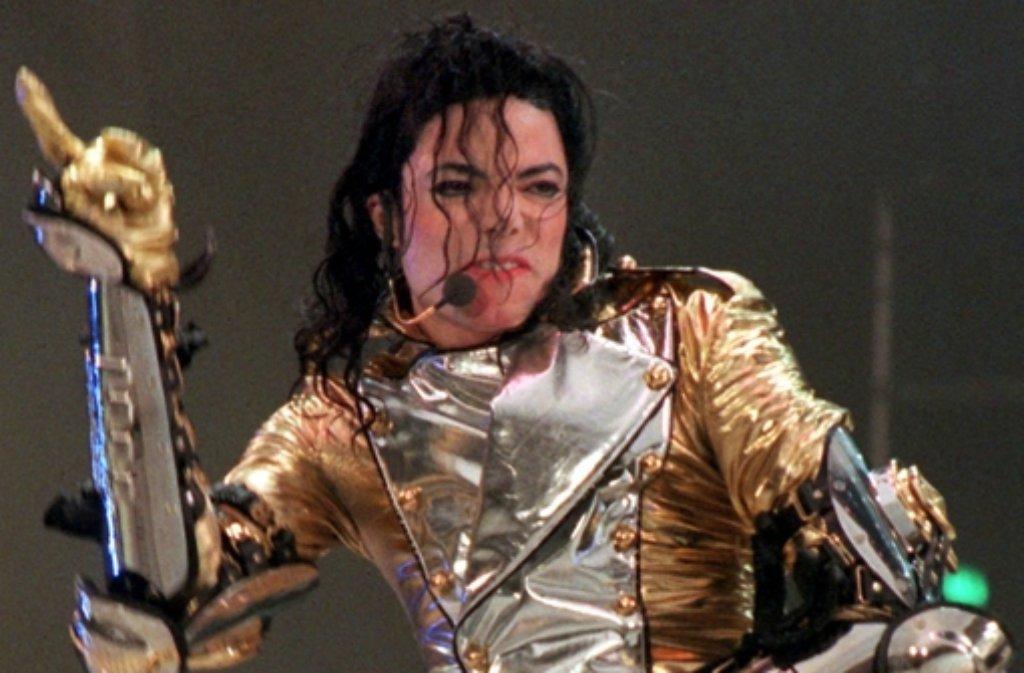Zu Lebzeiten hatte Popstar Michael Jackson immer wieder Geldprobleme und war mit Zahlungen in Verzug. Der im Juni 2009 im Alter von 50 Jahren gestorbene Sänger ist wieder der Spitzenverdiener unter den toten Stars. 140 Millionen Dollar brachte er seinen Erben zwischen Oktober 2013 und Oktober 2014. Foto: dpa