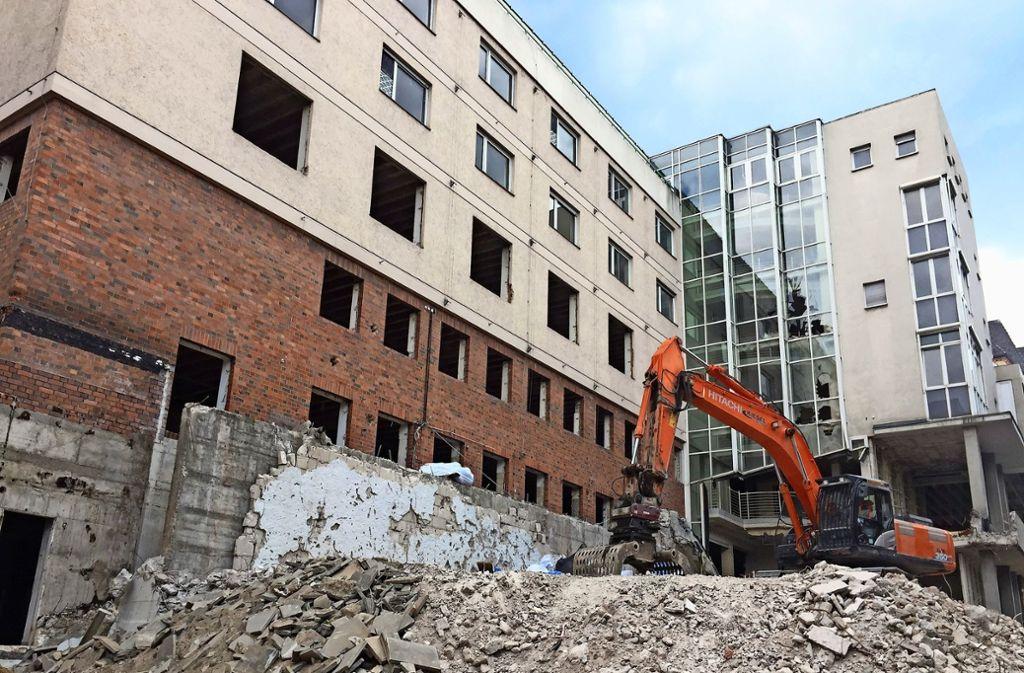 Jetzt fällt noch der turmartige Vorbau an der Olgastraße. Foto: Sybille Neth