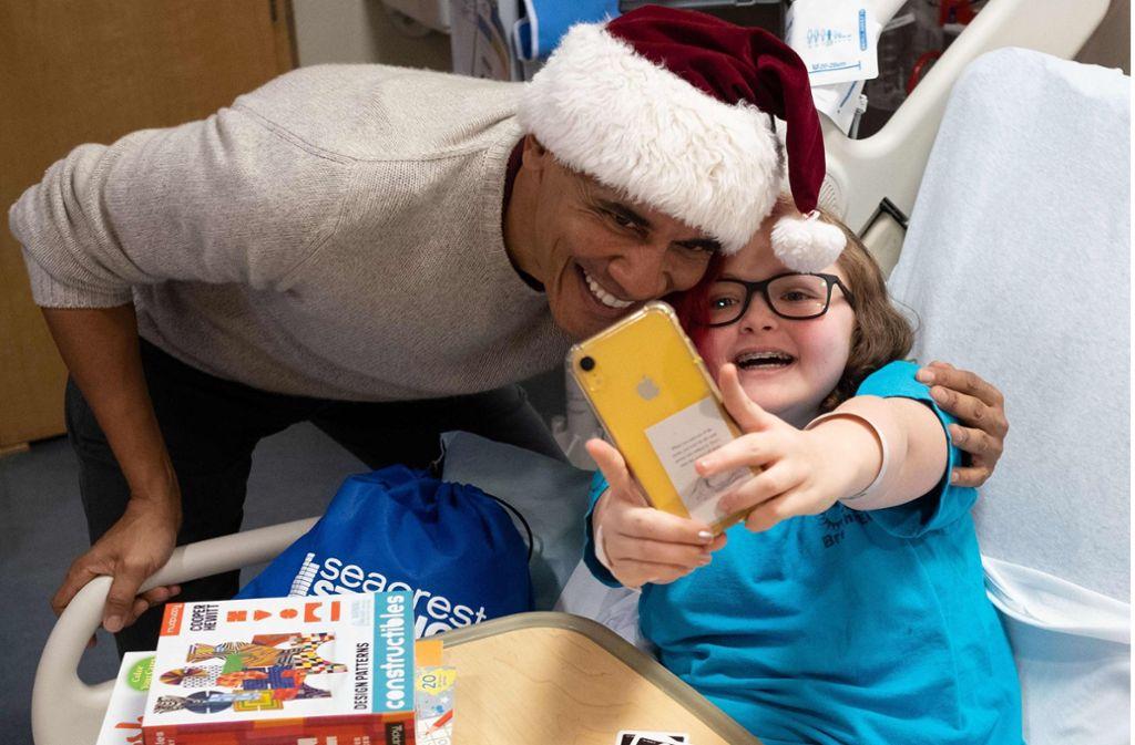 Das dürfte ein herzerwärmendes Selfie geworden sein, das der kleinen Patientin den Krankenhausaufenthalt kurz vor Weihnachten versüßt. Foto: AFP