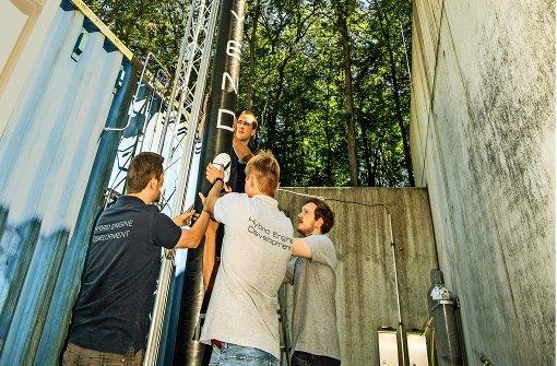 Am Standort Lampoldshausen des Deutschen Zentrums für Luft- und Raumfahrt richten die Studenten die Heros 2 probeweise auf.  Kommende Woche wird  die Rakete in Nordschweden gestartet. Foto: Martin Stollberg