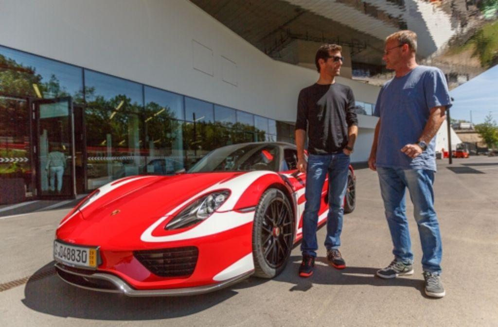 Fachgespräch vor der  Jungfernfahrt: Mark Webber (li.)  und  StZ-Redakteur Dominik Ignée Foto: StZ