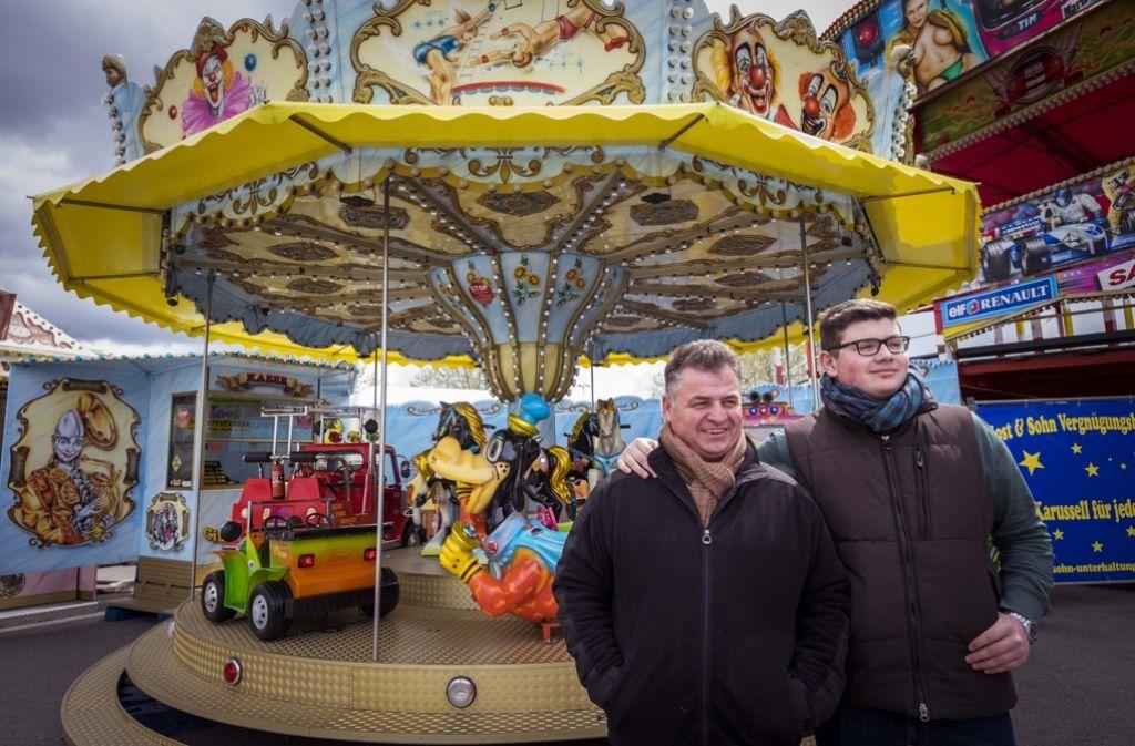 Markus Jost und Sohn Timmy vor ihrem Kinderkarussell Foto: Lichtgut/Max Kovalenko
