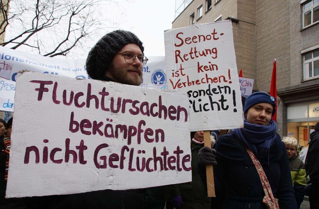Bei eisigen Temperaturen protestieren die Teilnehmer auch für die Seenotrettung. Foto: Andreas Rosar