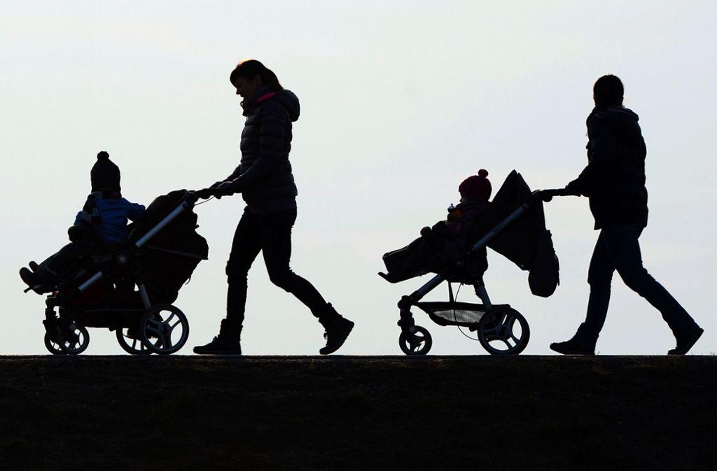 Mit dem Kinderwagen unterwegs – doch wie sicher kann man diesen in der Stadt abstellen? Foto: dpa