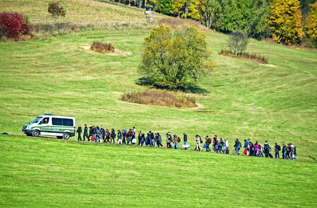 Der große Treck: Flüchtlinge machten sich im Herbst 2015 zu Fuß auf den Weg von Ungarn über Österreich nach Deutschland Foto: dpa