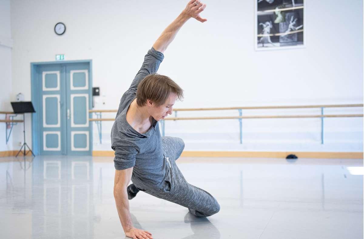 Roman Novitzky, Choreograf und Solist des Stuttgarter Balletts, lässt sich am Weltballetttag beim Live-Stream in die Karten schauen. Foto: Carlos Quezada/Stuttgarter Ballett