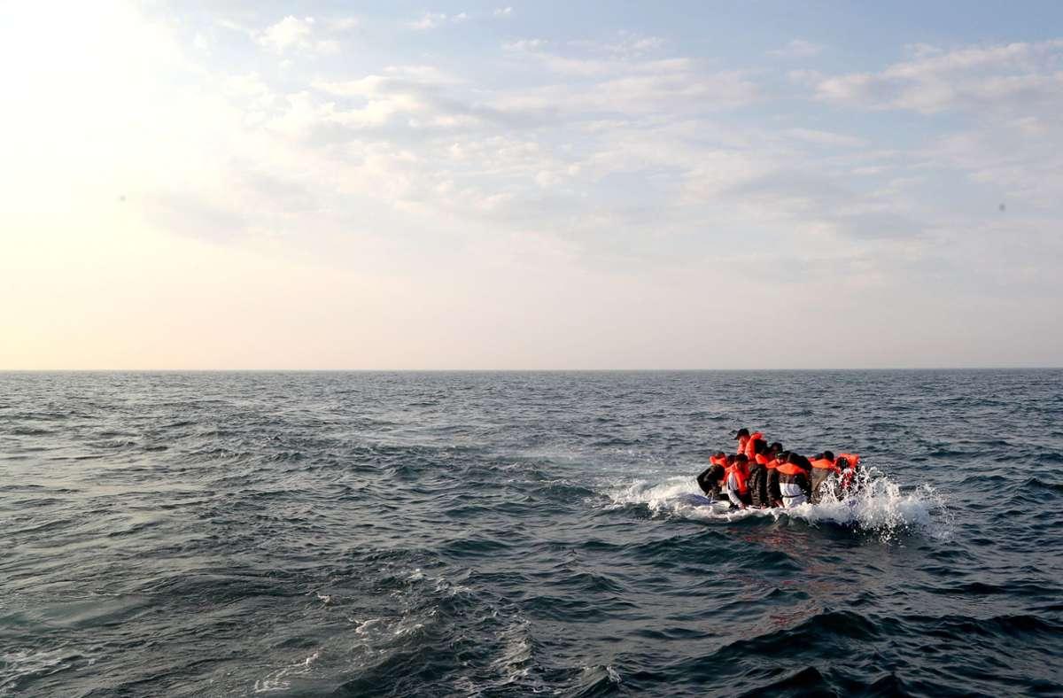 Migranten versuchen in einem völlig überfüllten Schlauchboot den Ärmelkanal in Richtung Großbritannien zu überqueren. Foto: dpa/Gareth Fuller