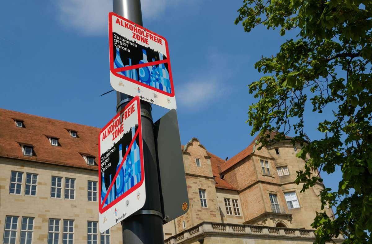 Schilder weisen auf alkoholfreie Zonen in der Stadt hin. Foto: Lichtgut//Leif Piechowski