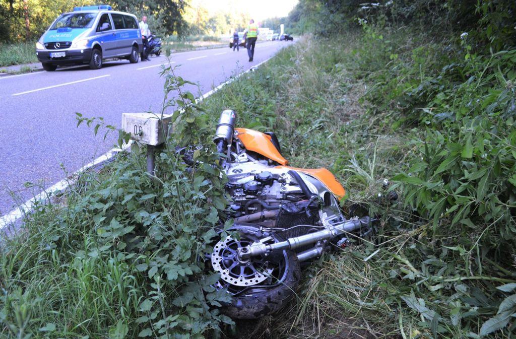 Ein Vater, der seinen Sohn auf dem Motorrad mitgenommen hat, kam in Remchingen vermutlich aufgrund nicht angepasster Geschwindigkeit und Alkohol im Blut von der Fahrbahn ab. Foto: 7aktuell.de/ 7aktuell