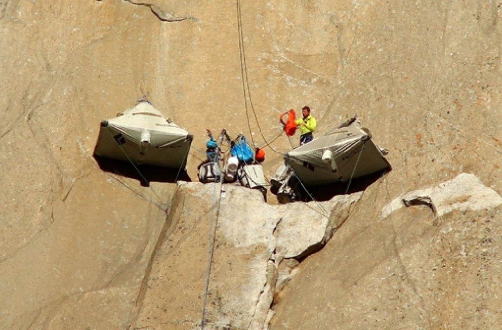 Tommy Caldwell und Kevin Jorgeson haben beim Aufstieg auch am blanken Fels übernachtet. Foto: dpa