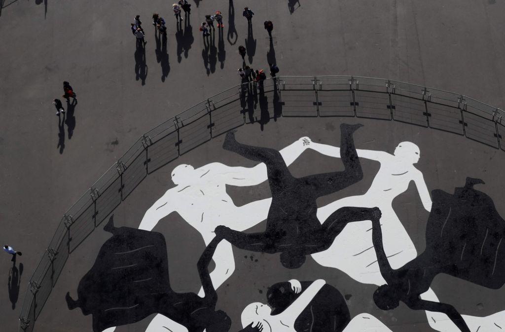 In Schwarz und Weiß erstrahlt das Straßenkunstwerk von Cleon Peterson. Foto: AFP