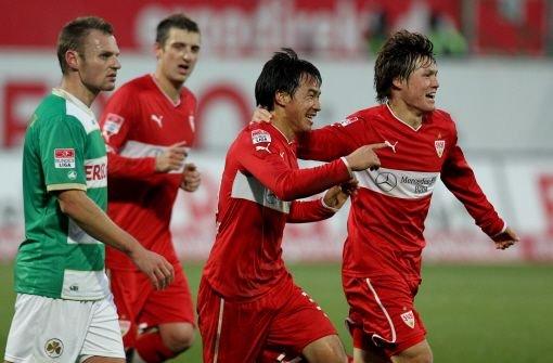 Der VfB Stuttgart siegte dank eines Tores von Shinji Okazaki(Mitte) bei Greuther Fürth mit 1:0. Foto: dpa