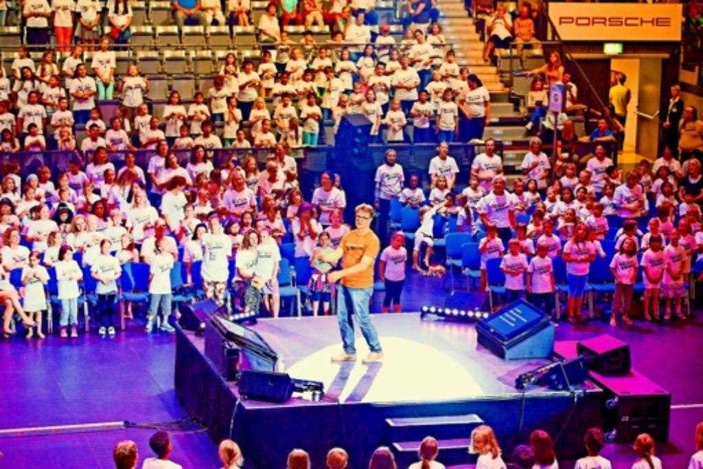Die auftretenden Klassen füllen die eine Hälfte der Veranstaltungshalle, in der anderen Hälfte sitzt das Publikum. Foto: 7aktuell.de/Villanueva