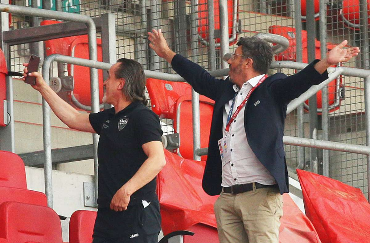 Teambetreuer Günther Schäfer und Präsident Claus Vogt bejubeln den so gut wie sicheren Aufstieg des VfB Stuttgart. Foto: Baumann