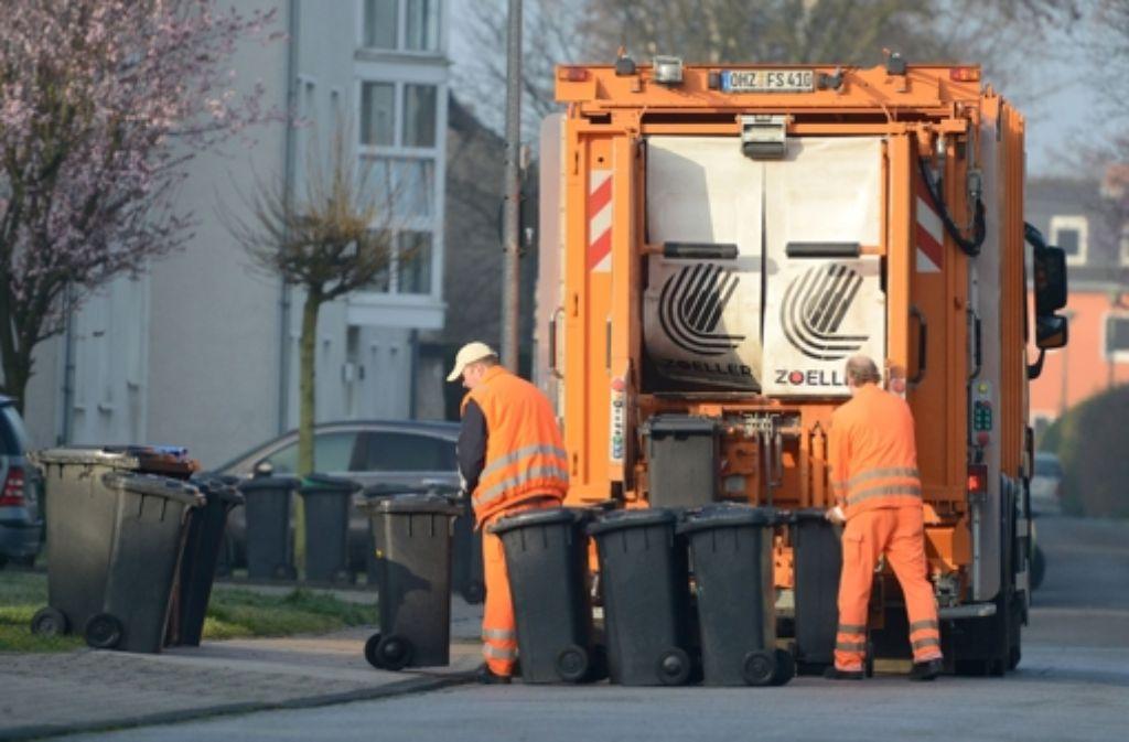 Die Müllabfuhr ist da: In Baden-Württemberg muss sie immer weniger wegschaffen. Foto: dpa