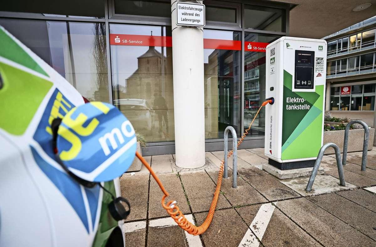 Ein Berater  bietet Hilfe rund ums Thema Elektromobilität. Foto: dpa//Jan Woitas
