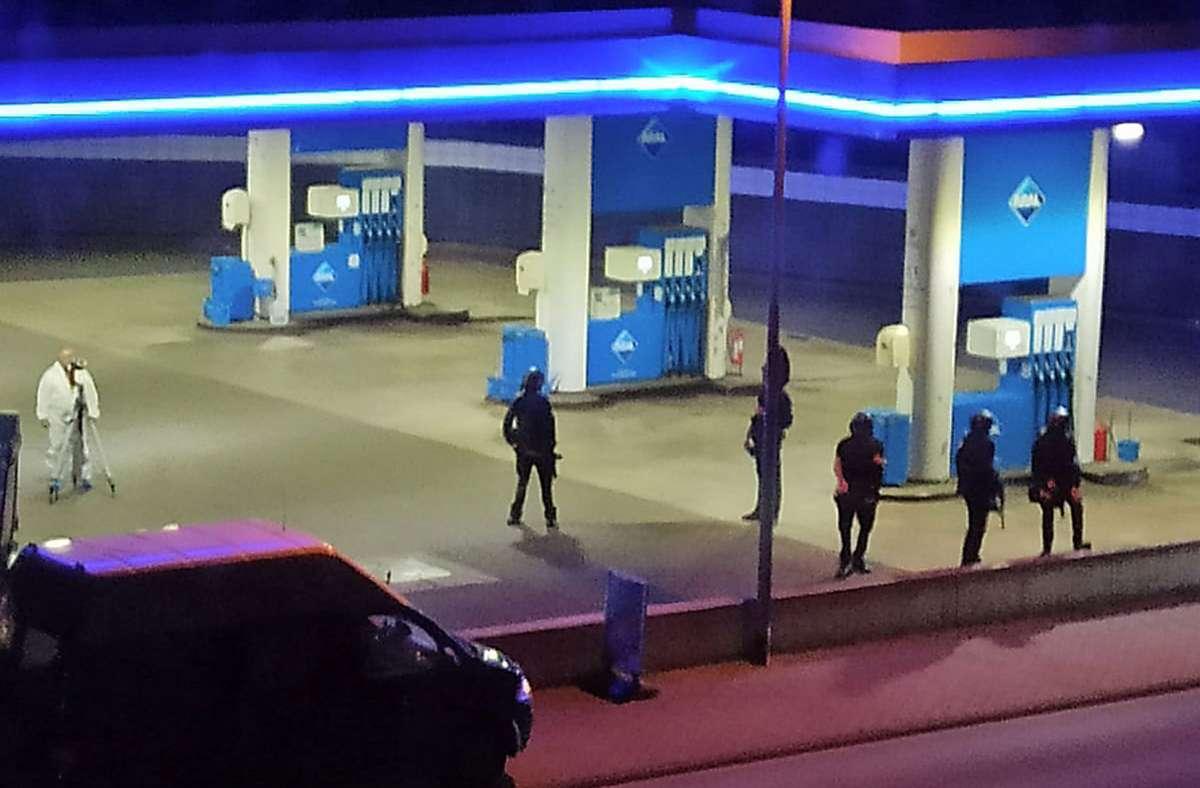 Die Polizei sperrte den Tatort ab. Foto: dpa/Christian Schulz