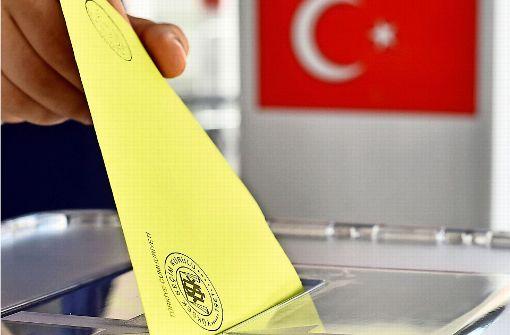 Polizei hat ein Auge auf türkisches Wahllokal