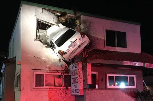 Mann unter Drogen schanzt mit Auto in ersten Stock