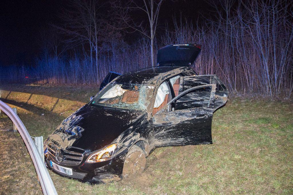Bei einem spektakulären Unfalll auf einer Autobahnausfahrt der A 8 ist am Samstagabend ein 18-Jähriger mit seinem Wagen über die Schutzplanke geschanzt. Foto: www.7aktuell.de | Marcel Heckel