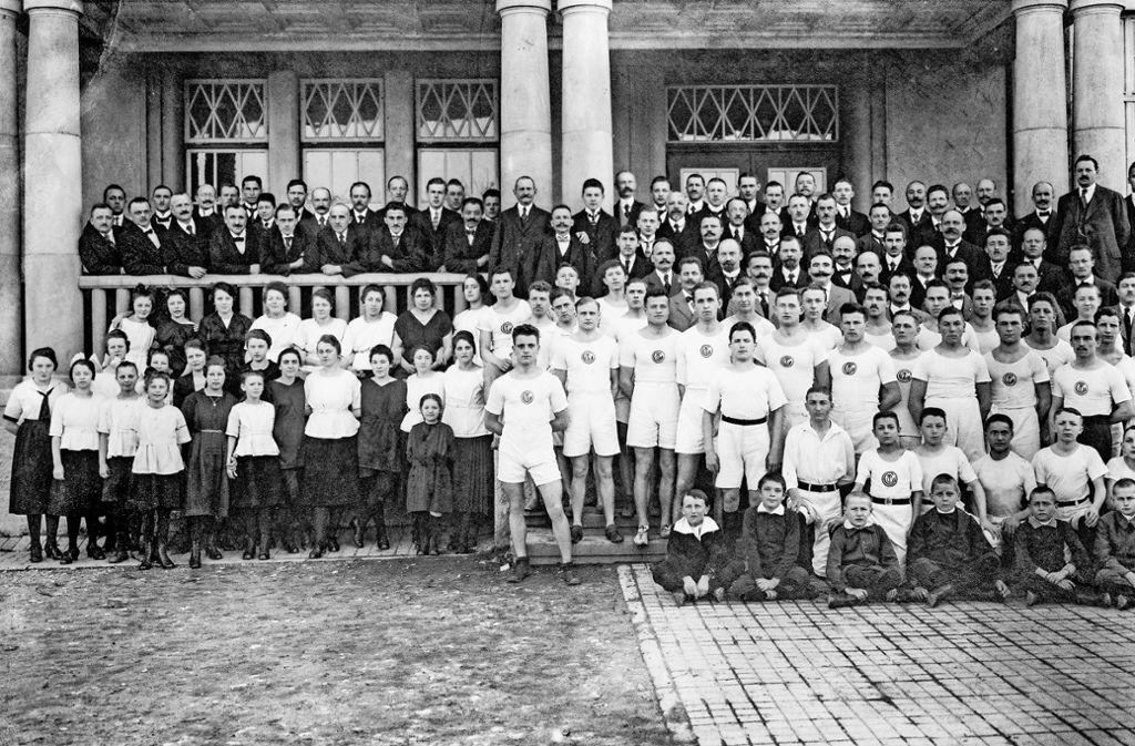 Die Männer posierten bei der 80-Jahr-Feier der Turnerschaft im adretten Vereinsdress vor dem Mörikegymnasium. Die Frauen und Mädchen trugen Kleider und Röcke. Foto: privat