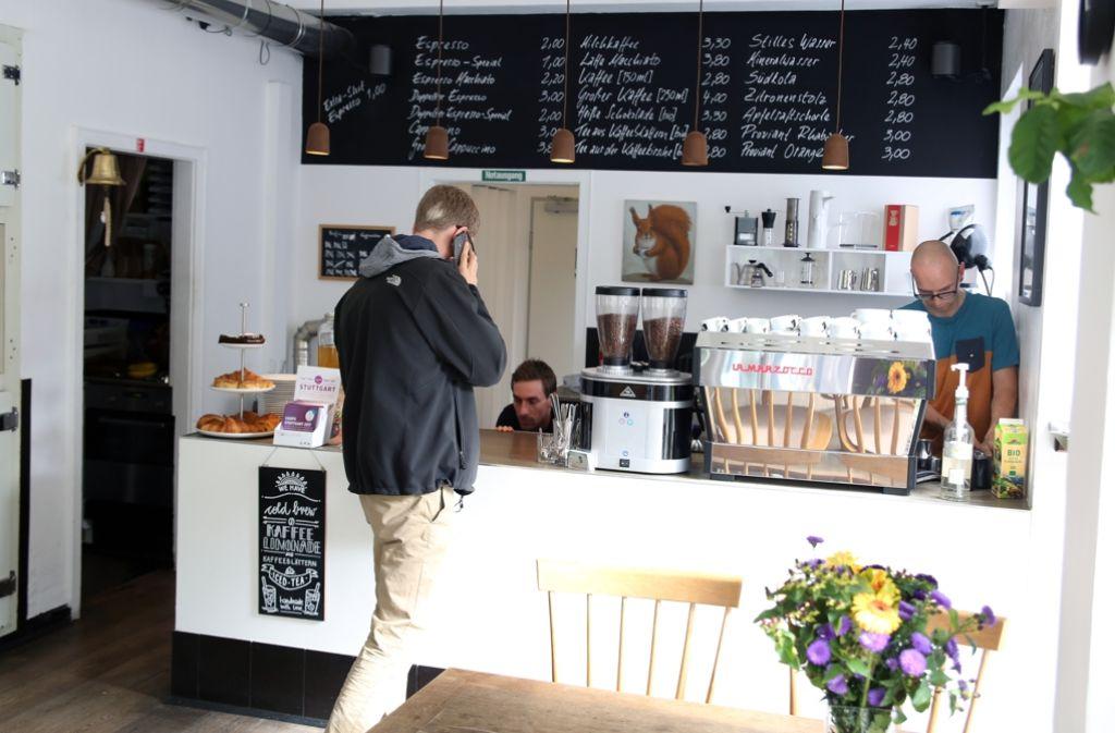 Seit 2015 gibt es im Stuttgarter Westen das Café Mókuska. Inhaber Stefan Dachale röstet seinen Kaffee selbst, um ein perfektes Geschmackserlebnis zu kreieren. Foto: Hannes Opel
