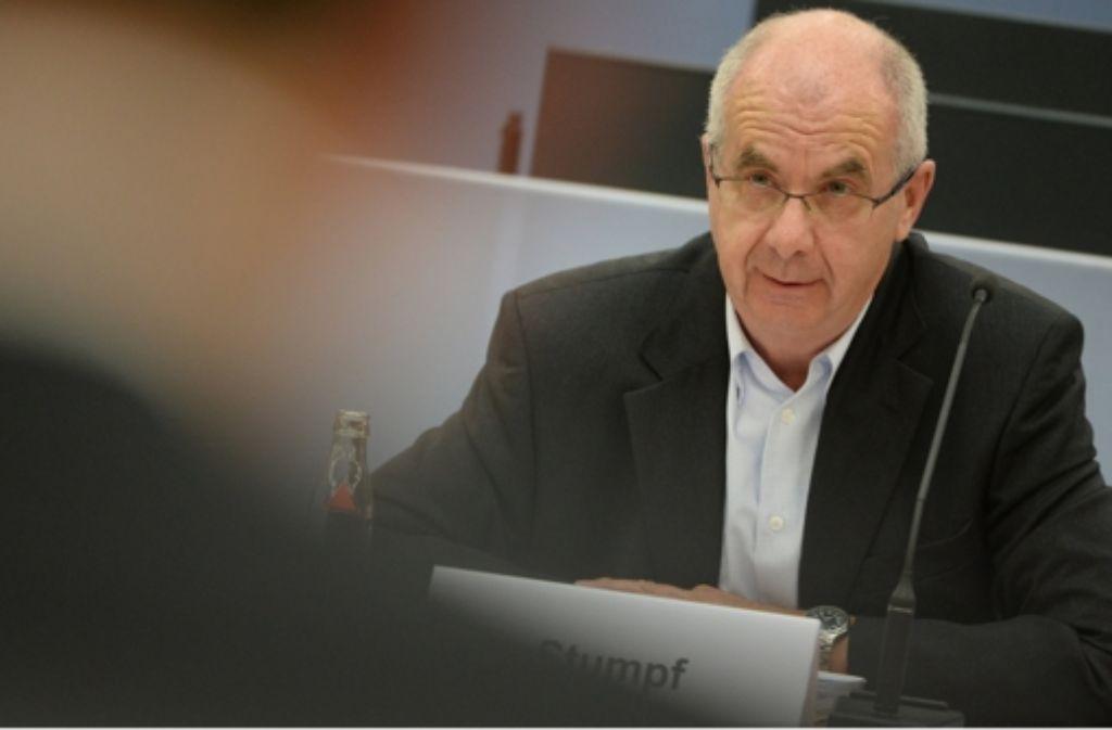 Erst nicht einmal Ermittlungen, dann ein deftiger Strafbefehl: bei Ex-Polizeipräsident Stumpf (hier als Zeuge im Landtag) vollzog die Justiz eine Kehrtwende. Foto: dpa